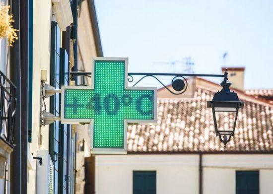 法国波尔多一家药店温度计显示40度.png