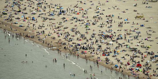 比利时海边人满为患.png